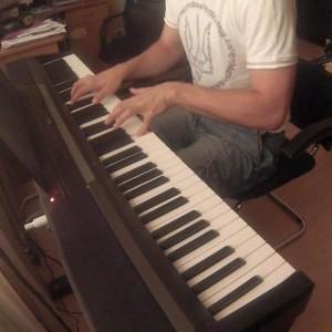 Играя на пианино. Playing the piano